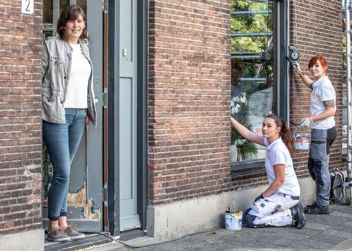 Hier zijn Lydia (rood haar) en Pamela bezig met een klus aan het Diezerplein in Zwolle bij Stef Mulder bloemist