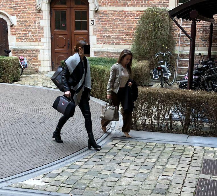 Archieffoto: Beklaagde L.B. (links) en haar advocate  Romy Geysen verlaten het gerechtsgebouw in Turnhout.