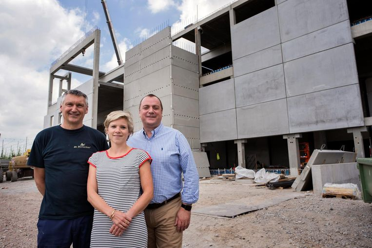 Sales- en marketingmanager Marco Passerella, operationeel verantwoordelijke Julie Depypere en bouwcoördinator Stefaan Vanallemeersch bij de nieuwbouw.
