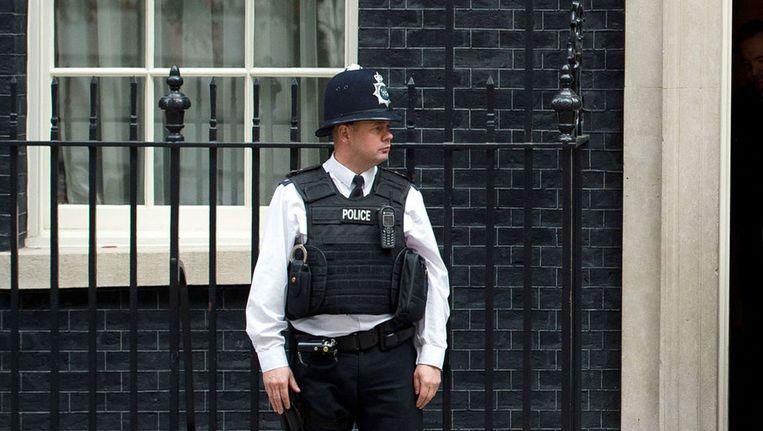 Een Britse 'bobby' bij Downing Street 10, de ambtswoning van de premier. Beeld afp