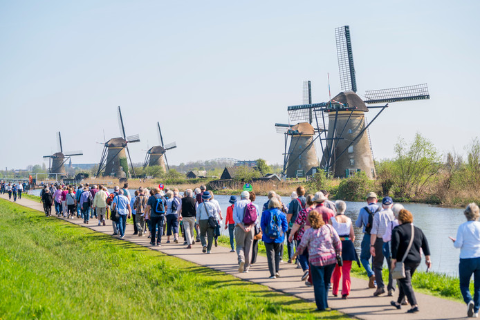Toerisme bij de molens van Kinderdijk.