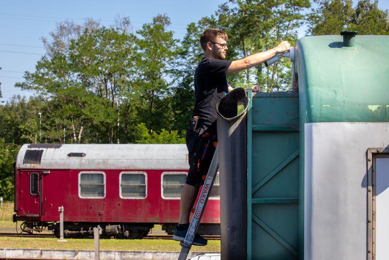 Een gespecialiseerde firma is bezig met het plaatsen van bewakingscamera's aan het station van As.