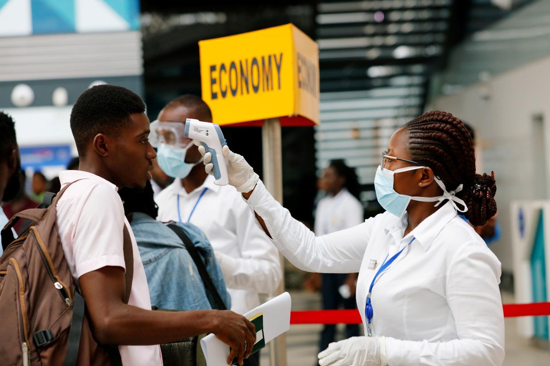 Passagier op Kotoka International Airport in Accra, Ghana, ondergaat temperatuurmeting. Beeld Francis Kokoroko / Reuters