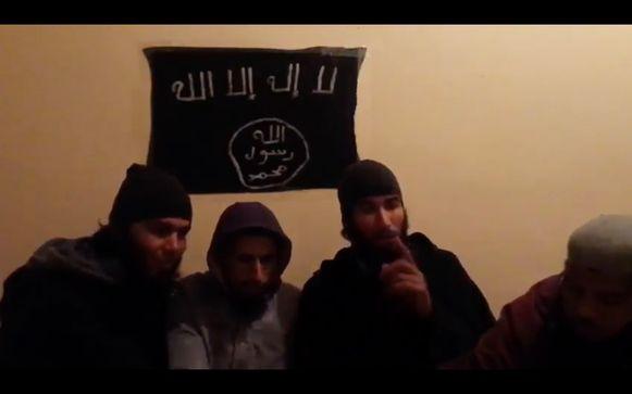 De vier hoofdbeklaagden zijn te zien in een video waarin ze voor de feiten trouw zwoeren aan IS.