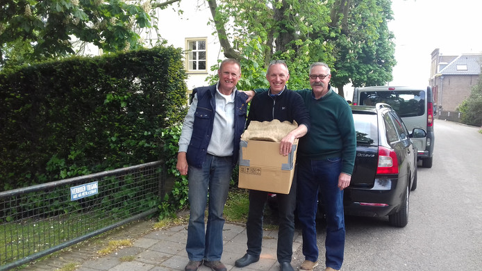 De overdracht van de eerste vier eieren, vanuit De Lutte in Overijssel zijn ze veilig aangekomen in Herwijnen.