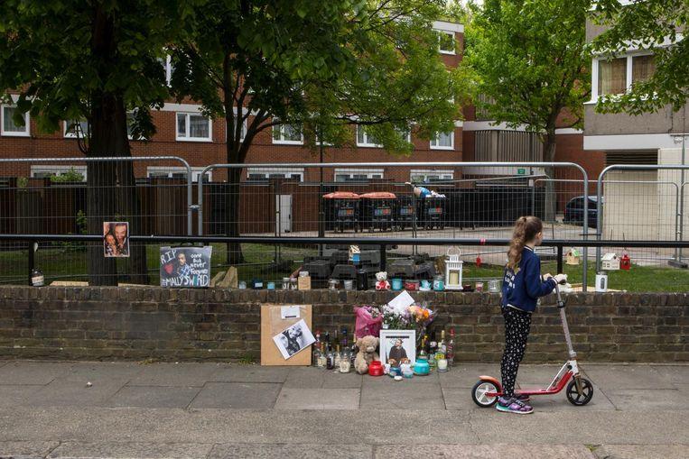 Bloemen, kaarsen en flessen drank in Surrey Lane voor de 22-jarige Malachi Brooks, het slachtoffer van een eerdere steekpartij. Beeld ©Antonio Olmos