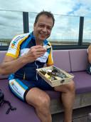 De nieuwe burgemeester van Schouwen-Duiveland houdt van fietsen en strijkt graag neer op het terras van het Oliegeultje in Burghsluis.