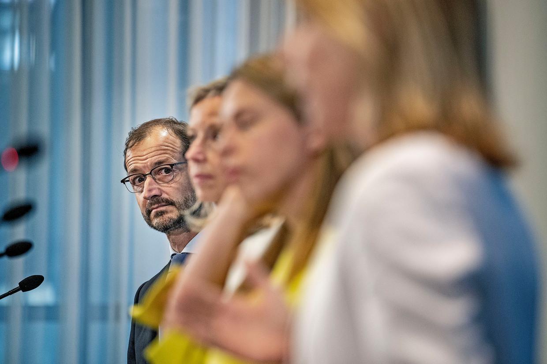 De persconferentie van vrijdag over het klimaatakkoord van het kabinet, met links Klimaatminister Eric Wiebes. Beeld Guus Dubbelman / de Volkskrant