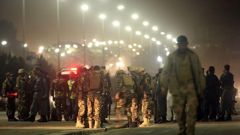 Afghaanse politie en militairen bij de politieacademie waar gisteren een man zichzelf opblies. Beeld ap