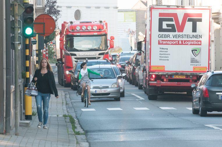 Fietsers hebben in de Leupegemstraat amper plaats.