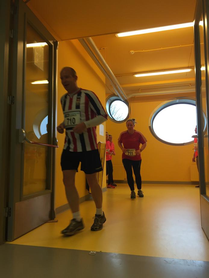 Lars (l) en Wendy (r) Jansma rennen door het T-Kwadraat tijdens de Urban Run.