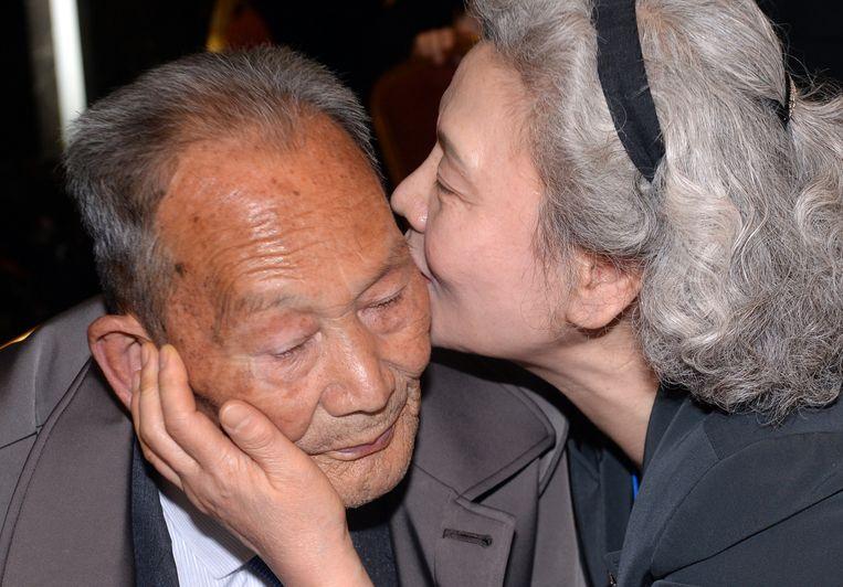 De 68-jarige Zuid-Koreaanse Lee Jeong-Suk (r), kust haar in Noord-Korea wonende 88-jarige vader Ri Heung-Jong tijdens een familiehereniging in het Mount Kumgang resort in Noord-Korea in oktober 2015, het laatste jaar dat de herenigingen plaatsvonden. Beeld AFP