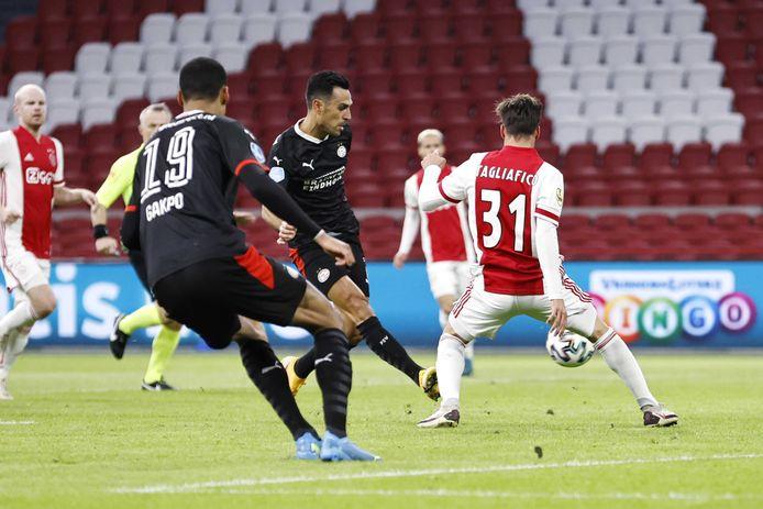 Eran Zahavi maakt de 0-2 tegen Ajax. De Amsterdammers maakten de twee goals van de PSV'er nog ongedaan.