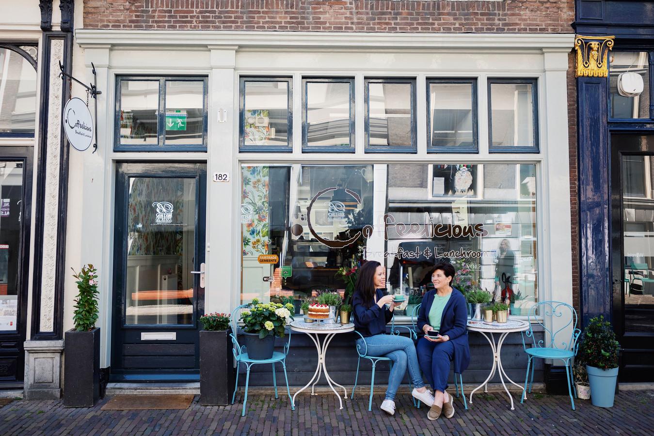 Fiona Buitenhuis (l)  en haar moeder Joan, voor hun Coffeelicious.