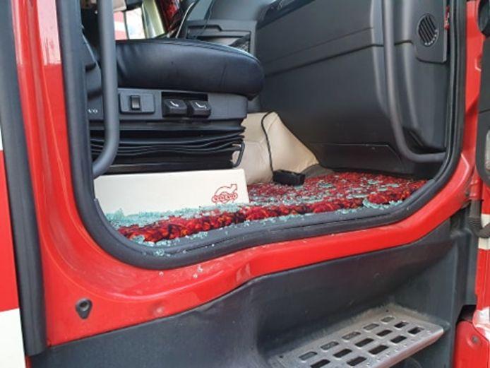 De ruit van vrachtwagenchauffeur Roy van Leeuwen uit Nijmegen werd vernield.