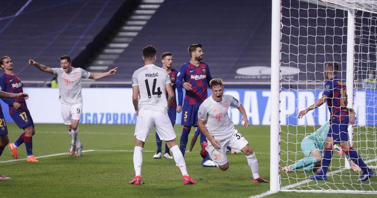 Joshua Kimmich van Bayern München loopt juichend weg nadat hij de 5-2 heeft gescoord. Beeld EPA