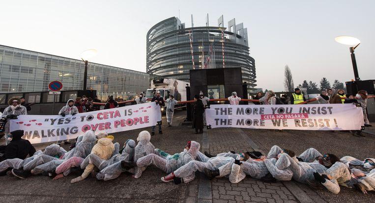 De betogers blokkeerden met een menselijke ketting de ingang van het parlementsgebouw.
