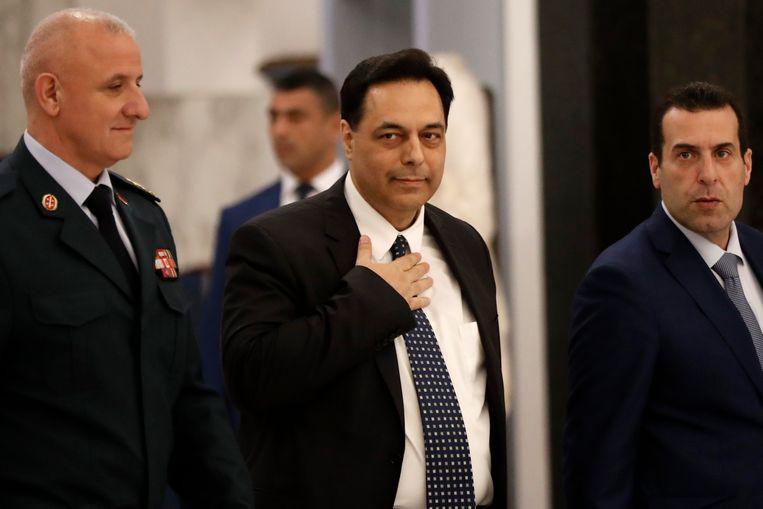 De kersverse premier van Libanon, Hassan Diab (midden) in Beiroet.  Beeld AP
