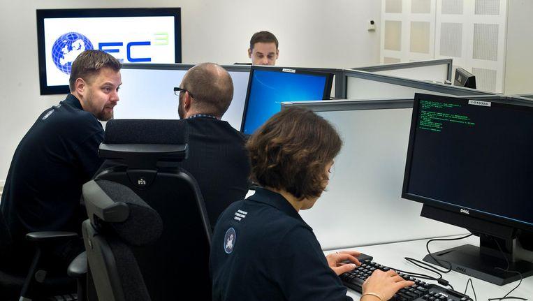 Medewerkers van het speciale Cybercrimecentrum, European Cybercrime Centre (EC3) zijn aan het werk. Beeld anp