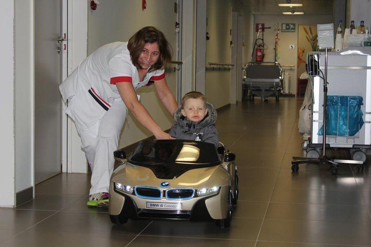 Liam De Koker mocht het elektrische autootje voorstellen in het ASZ in Aalst.