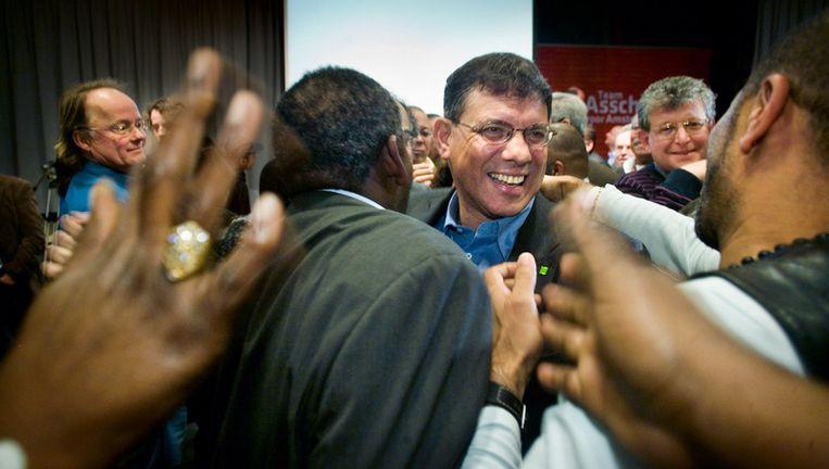 Marcel la Rose wordt gefeliciteerd nadat de leden hem, tegen de wens van het PvdA-afdelingsbestuur in, tot lijsttrekker hebben benoemd. Foto Klaas Fopma Beeld