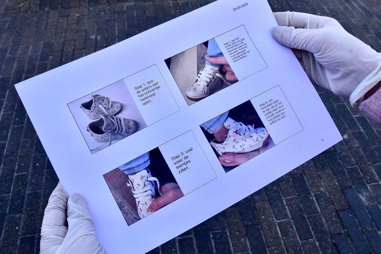 Katrien Gheysen heeft voor haar klanten een handleiding bij met foto's, waarin uitgelegd wordt hoe schoentjes het best gepast worden en waar de mama's zoal moeten op letten om de juiste keuze te maken.