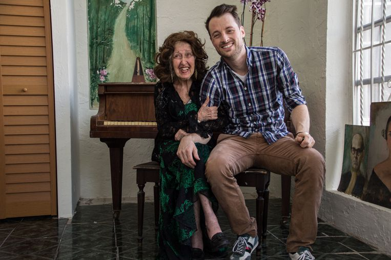 Ida Haendel met fotograaf en huisarts Jelle Pieter de Boer. Beeld Jelle Pieter de Boer