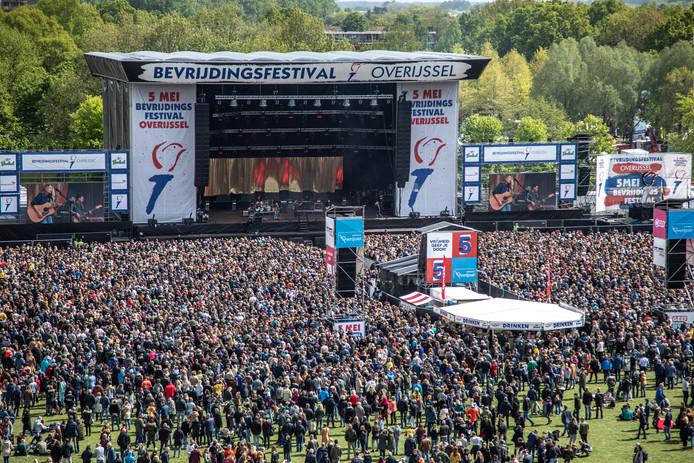Hoofdpodium van het Bevrijdingsfestival Overijssel.