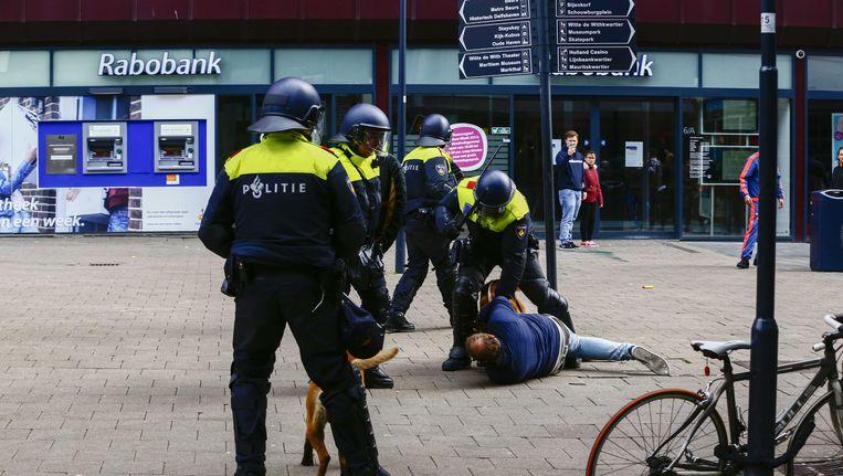 Agenten in actie in Rotterdam. Beeld anp