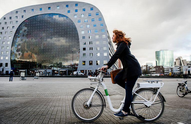 Belangstellenden rijden een proefrit op de nieuwe elektrische huurfiets van Rotterdam. Beeld ANP