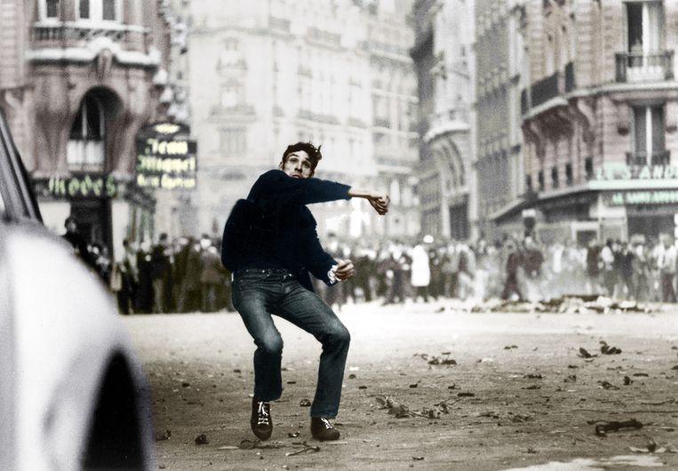 25 mei 1968: een student gooit stenen tijdens een demonstratie in het Parijse Quartier Latin. Beeld Hollandse Hoogte / Rue des Archives SAS