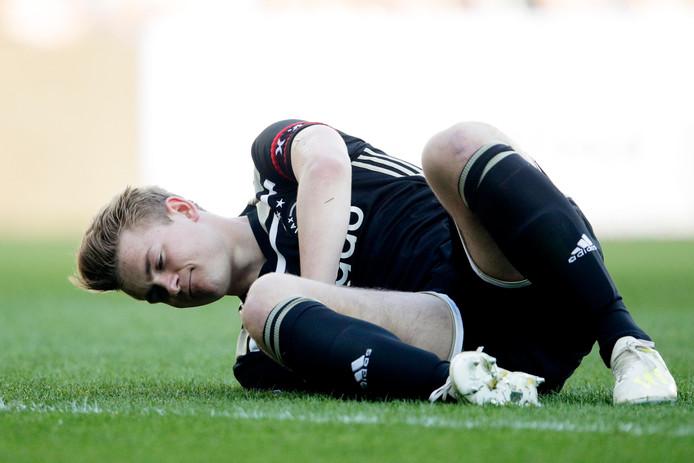 Matthijs de Ligt raakte in de eerste helft tussen FC Groningen - Ajax licht geblesseerd.