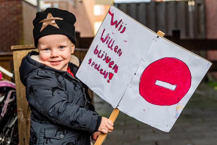 Een nog hele jonge actievoerder gisteren in Hazerswoude-Rijndijk waar bewoners wethouder Schotanus duidelijk maakten dat hun speelplek niet kwijt willen.