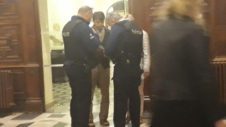 Ömer Faruk Demircioglu werd na de zitting in het stadhuis opgewacht door de politie.