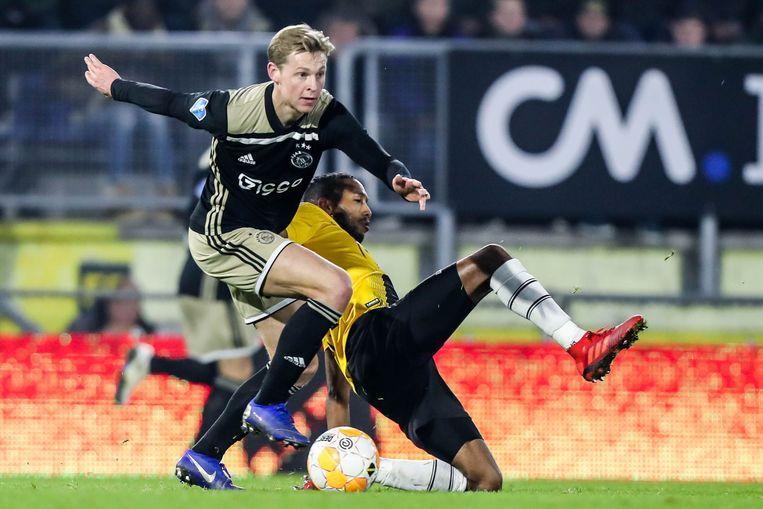 Frenkie de Jong van Ajax en Fabian Sporkslede van NAC. Beeld ANP Pro Shots