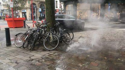 Er komt hete stoom uit de straat in Gent