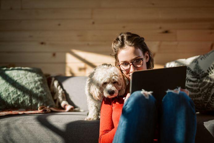 Door de coronauitbraak werkt menig Nederlander thuis op de laptop. Hoe voorkom je ergonomische problemen?