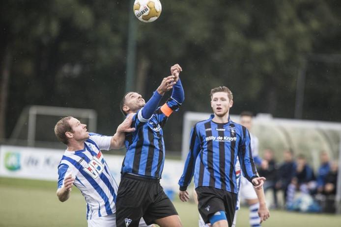 Richard Looijmans van FC Eindhoven (l) in duel met Mohamed El Moussaoui van Wodan in oktober 2016.