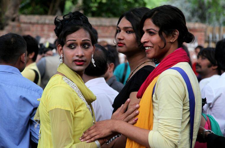 Hijras in 2014 na de uitspraak van het Indiase Hooggerechtshof, die bepaalde dat zij worden erkend als derde geslacht, naast man en vrouw. Beeld EPA