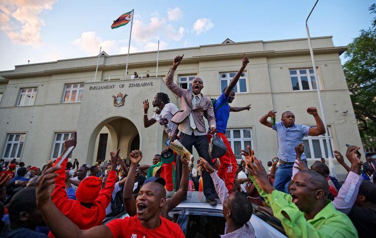 Volksfeest buiten het Zimbabwaanse parlement. Beeld ap
