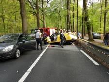 Persoon bekneld in auto bij botsing tegen boom in Woudenberg