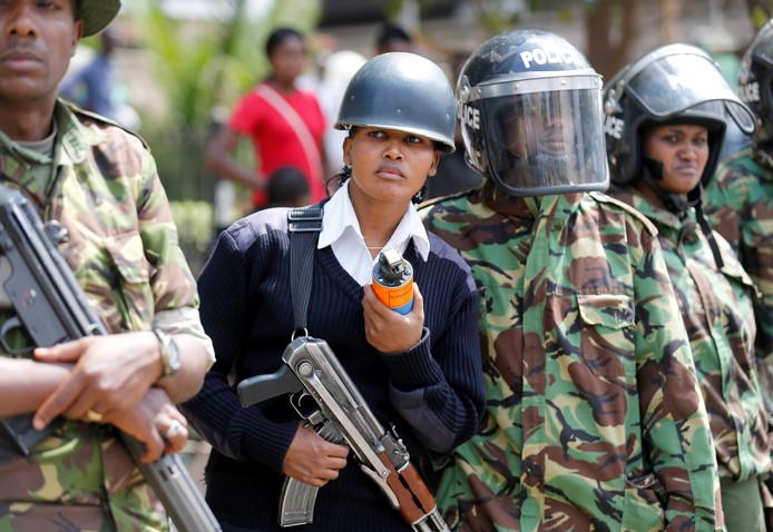 In de Keniaanse hoofdstad Nairobi zijn rellen tussen aanhangers van de Keniaanse oppositie National  Super Alliance (NASA) en de oproerpolitie. Volgens leden van de oppositie zijn de verkiezingen die in augustus werden gehouden gemanipuleerd. 26 oktober zijn er nieuwe verkiezingen, maar de demonstranten hebben weinig vertrouwen in de verkiezingscommissie. Foto Thomas Mukoya / Reuters