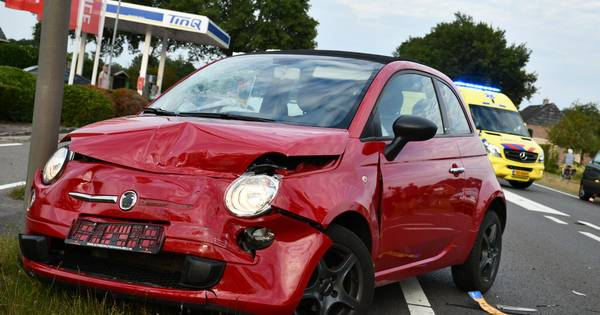 Twee gewonden bij aanrijding in Den Ham, één persoon met spoed naar ziekenhuis gebracht.