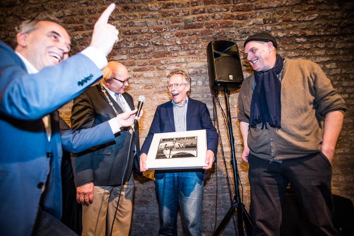 De eerste winnaar Menno Potjer van de prodesseprijs. Hij kreeg de prijs uitgereikt door loco-burgemeester Hans de Vroome.