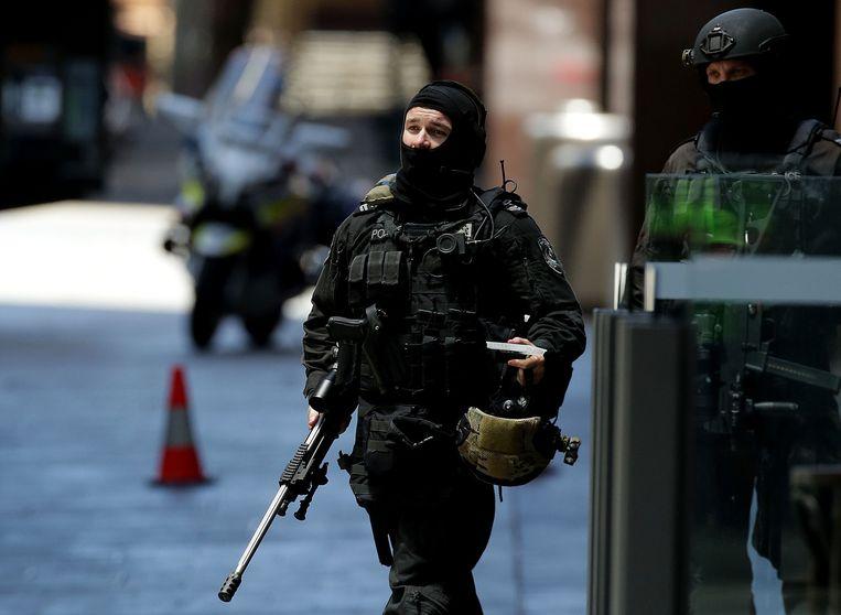 Een politieagent in Philip Street in Sydney. Beeld getty