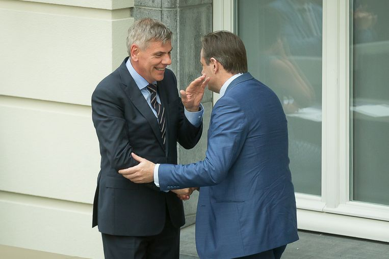 Filip Dewinter en Bart De Wever schudden elkaar de hand tijdens de eedaflegging in het Vlaams parlement.