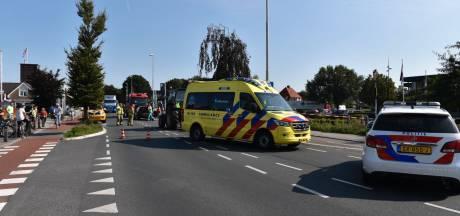 Tractor rijdt op auto, Zuiderzeestraatweg in Oostendorp dicht