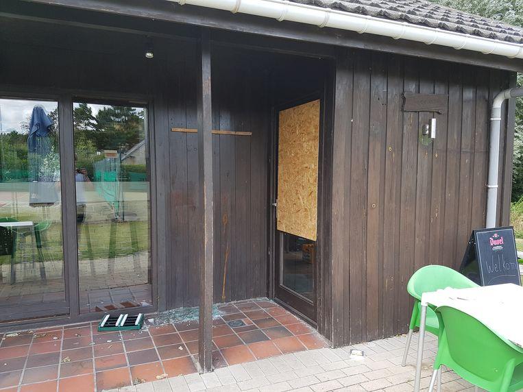 Twee ramen van de chalet bij TC De Dreef werden ingeslagen door inbrekers.