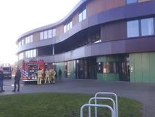 Brand in nieuwe vmbo in Hengelo, 1 persoon naar ziekenhuis