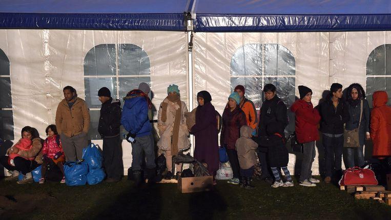 Migranten bij de grens tussen Oostenrijk en Duitsland, afgelopen nacht. Beeld afp